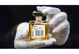 Магазины начали продавать маркированную парфюмерию
